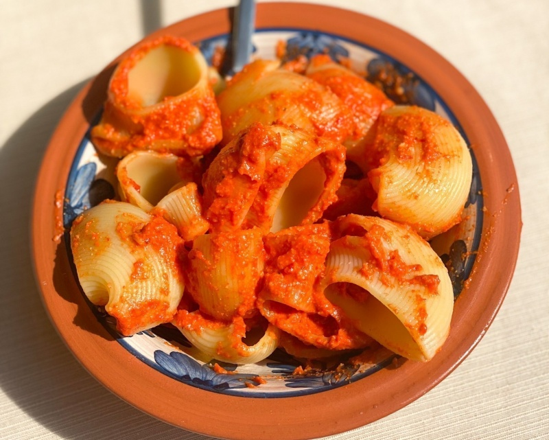 Preprost pesto iz pečenih paprik, česna in indijskih oreščkov